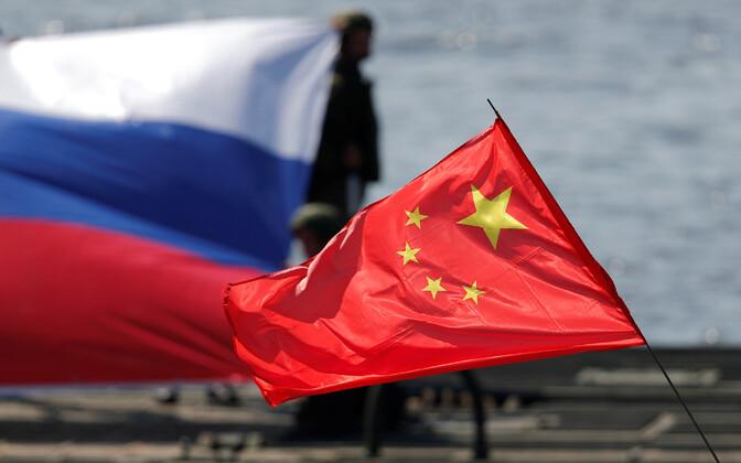 Venemaa ja Hiina riigilipud.