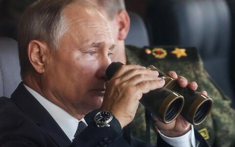 Владимир Путин наблюдает за учениями.