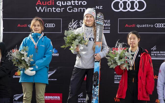 Келли Сильдару (в центре) завоевала в Новой Зеландии 3 медали.