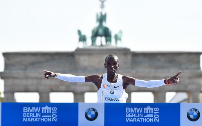 Элиуд Кипчоге одержал победу на Берлинском марафоне с новым мировым рекордом.