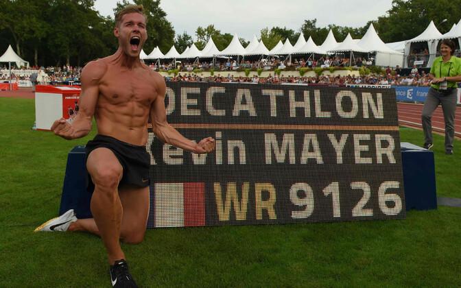 Kevin Mayer uute rekordinumbrite ees juubeldamas.
