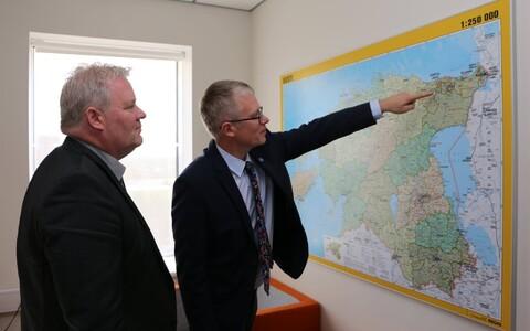 Министр госуправления Янек Мягги рассказывает исландскому коллеге об административной реформе в Эстонии.