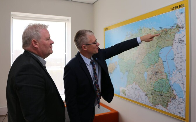 Minister of Public Administration Janek Mäggi (Centre) explaining policy to Icelandic Minister of Transport and Local Government Sigurður Ingi Jóhannsson.