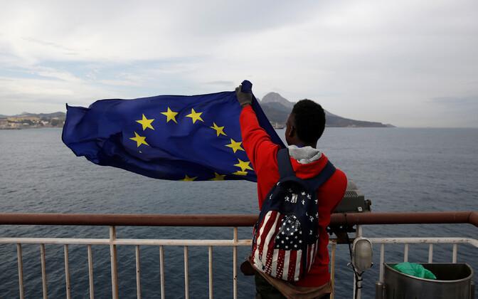 Aafrikast pärit migrant Euroopa Liidu lipuga.