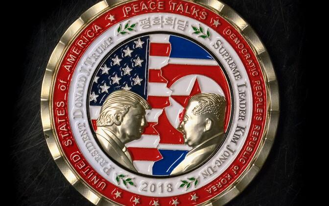 USa presidendi Donald Trumpi ja Põhja-Korea liidri Kim Jong-uni juunikuise tippkohtumise auks tehtud meenemünt.