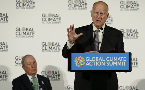 Jerry Brown, vasakul taga Michael Bloomberg.