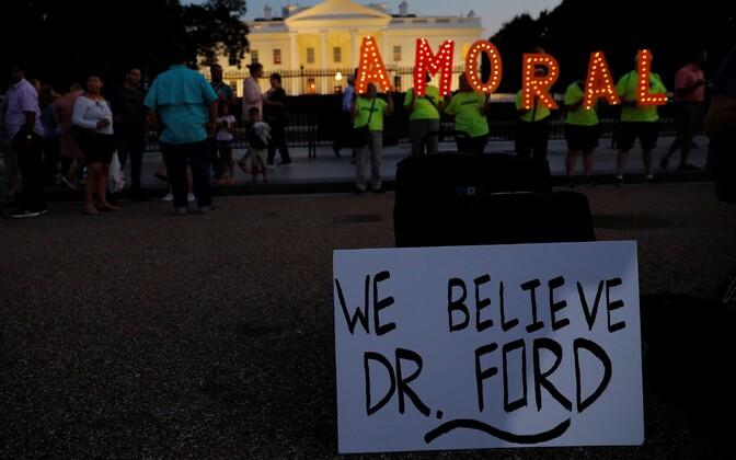 Kavanaugh vastu suunatud protest Valge Maja ees.