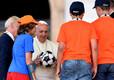 Noored jalgpallurid kinkisid jalgpallifännist paavstile palli Itaalia katoliku spordikeskuse sünnipäevapidustustel 2014. aastal