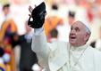 Paavstile visati rahvamassi seest müts Püha Peetruse väljakul Vatikanis. 2015