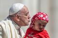 Paavst suudlemas beebit Vatikanis Püha Peetruse väljakul