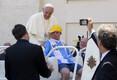 Paavst sõidutas 17-aastast Downi sündroomiga poissi oma sõiduvahendis Vatikanis. 2013