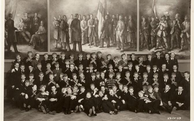 Tartu, Eesti Üliõpilaste Seltsi liikmed Aleksander Bergmani kolmeosalise pannoo ees. 29. aprillil 1939.