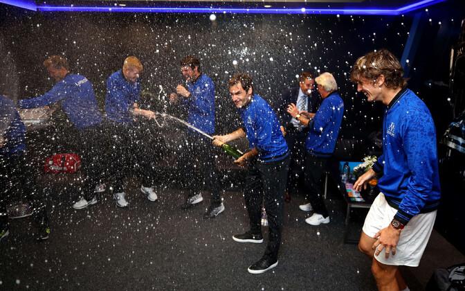 Roger Federer korraldas riietusruumis šampanjaduši.