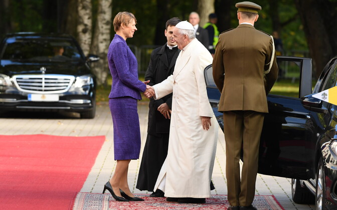 President Kaljulaid greets Pope Francis at Kadriorg on Tuesday. 25 September 2018.