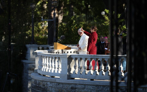 Pope Francis and President Kersti Kaljulaid greeting the crowd at the Rose Garden in Kadriorg on Tuesday morning. 25 September 2018.