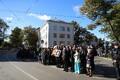 Люди в ожидании кортежа папы в Кадриорге
