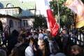 Paljud inimesed kogunesid paavsti visiidi ajaks Kadriorgu Püha Tooli saatkonna juurde
