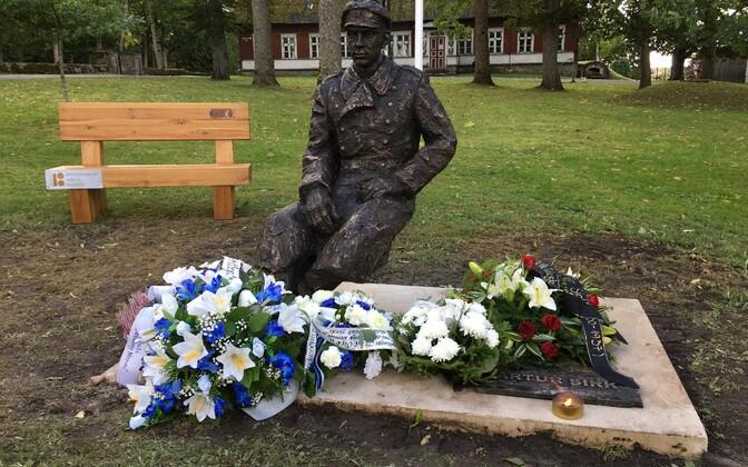 Artur Sirgu mälestusmärgi avamise eel.