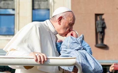 Paavst Tallinnas Vabaduse väljakul toimunud missa eel talle ulatatud beebit õnnistamas.