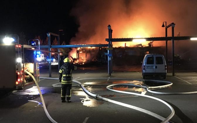 Lahti äärelinnas Mukkulas põleb ostukeskus.