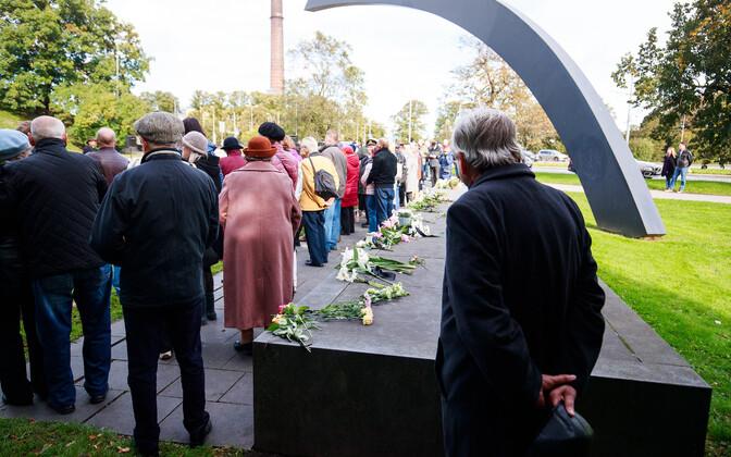 Mälestusteenistus Estonia huku mälestusmärgi juures Rannavärava mäel.