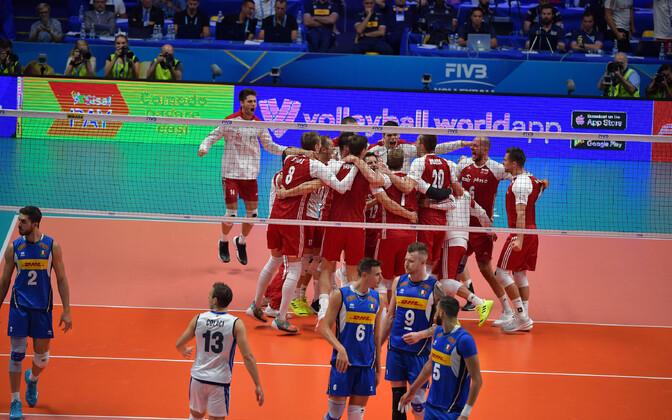 Poola võrkpallikoondis edasipääsu üle rõõmustamas.