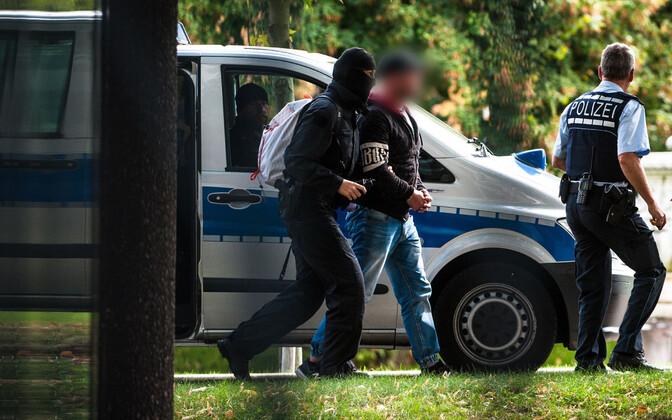 Saksamaa ppolitsei mainitud juhtumi kahtlusalust Karslruhe kohtuhoonesse toimetamas.
