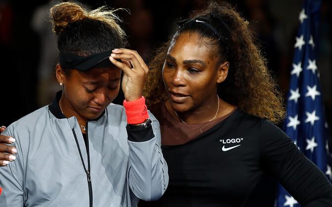 Naomi Osaka ja Serena Williams US Openi autasustamistseremoonial.
