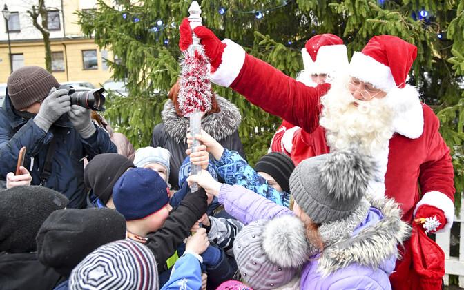 Встреча Санта-Клауса и Деда Мороза в Нарве.