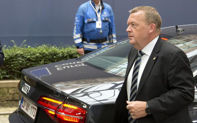 Taani peaminister Lars Lokke Rasmussen Brüsselis mitte-elektriautost väljumas.