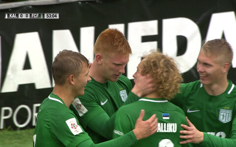 FC Flora mängijad väravat tähistamas