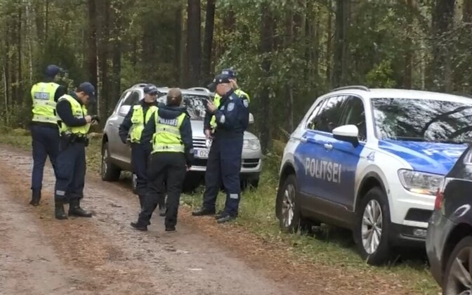 Politseinikud metsas.