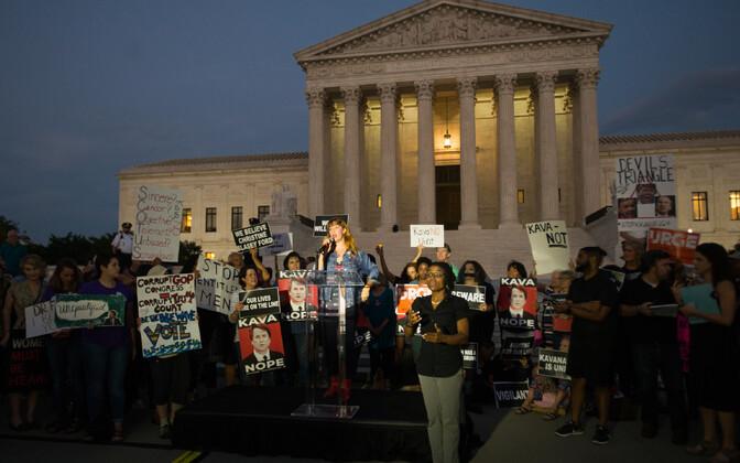 Kavanaugh' kandidatuuri vastased meeleavaldajad USA ülemkohtu juures.