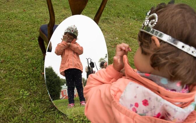 Nn lastekodudes kasvab umbes tuhat last. Neist uude perre jõuavad vähesed. Fotol: Maarjamäe lastekodu lapsed Kadrioru lossi sünnipäeval kostüüme proovimas.