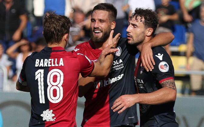 Cagliari Calcio mängijad väravat tähistamas