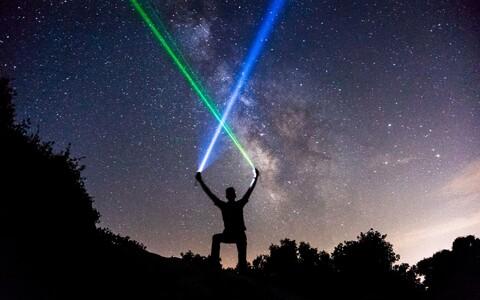 Albert Einsteini üldrelatiivsusteooria järgi loob kõik, millel on energiat, enda ümber ka raskusvälja, isegi kui see energiaomaja ise on näiteks valgus.