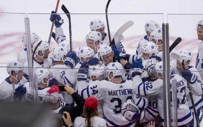 Toronto Maple Leafsi mängijad võiduväravat tähistamas.
