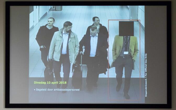Väidetavalt küberrünnetega seotud Vene ametnikud Schipholi lennujaamas. Hollandi luure edastatud foto.