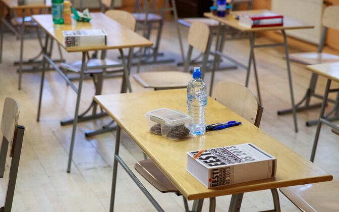 Tühi klassiruum eksami eel.