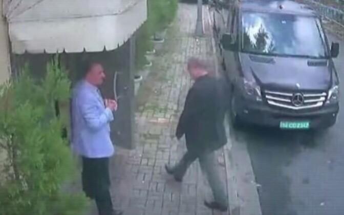 Jamal Khashoggi sisenemas Istanbulis Saudi Araabia konsulaati, taustal must kaubik.