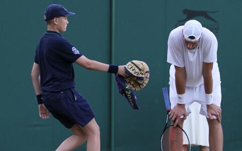 Pallipoiss Wimbledonis John Isnerile rätikut ulatamas.