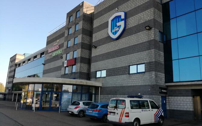 Politseauto Belgia kõrgliigaklubi KRC Genki klubi ees