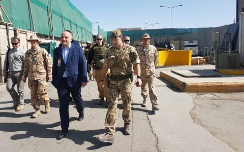 Министр обороны Юрий Луйк во время визита в Афганистан в 2018 году.