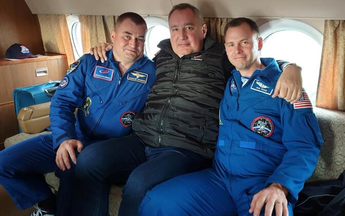 Dmitri Rogozin koos USAastronaut Nick Hague'i ja Vene kosmonaut Aleksei Ovtšininiga.