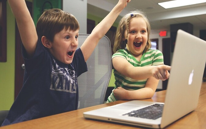Дети и лаптоп.