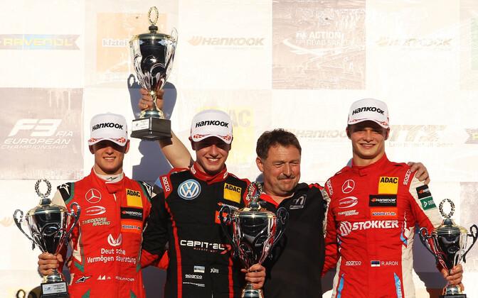 Mick Schumacher (vasakult), Jüri Vips ja Ralf Aron pjedestaalil.