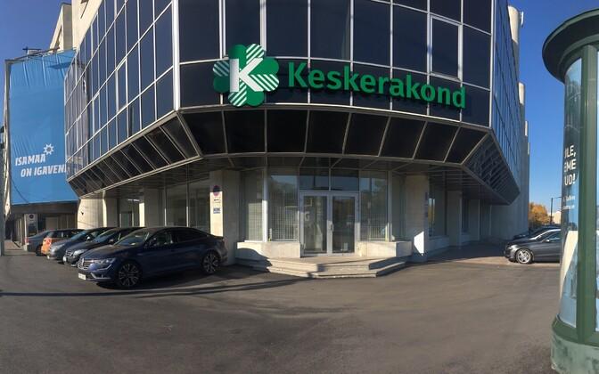 Värskelt asfalteeritud Keskerakonna büroo ukseesine