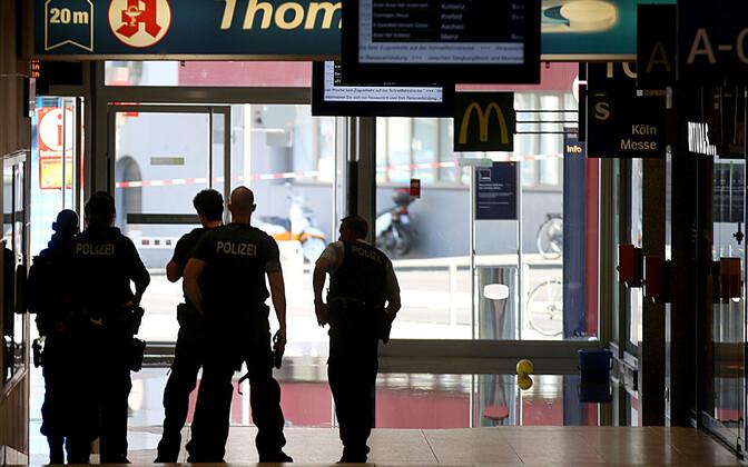 На вокзале в Кёльне преступник захватил заложников.