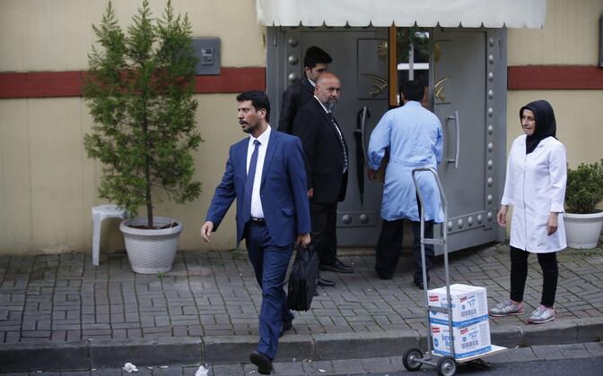 Töötajad Saudi Araabia konsulaadi juures Istanbulis.