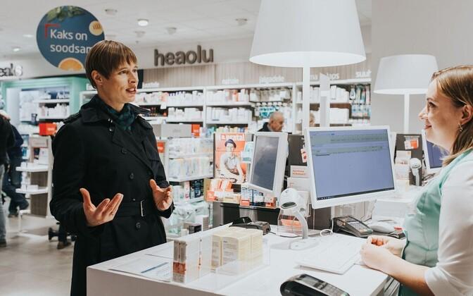 President Kersti Kaljulaid vaktsineeris end apteegis gripi vastu.